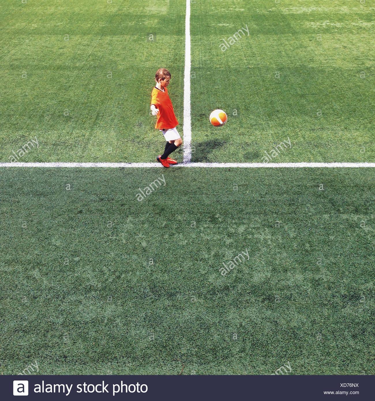 Vista laterale di un ragazzo su un campo di calcio Immagini Stock