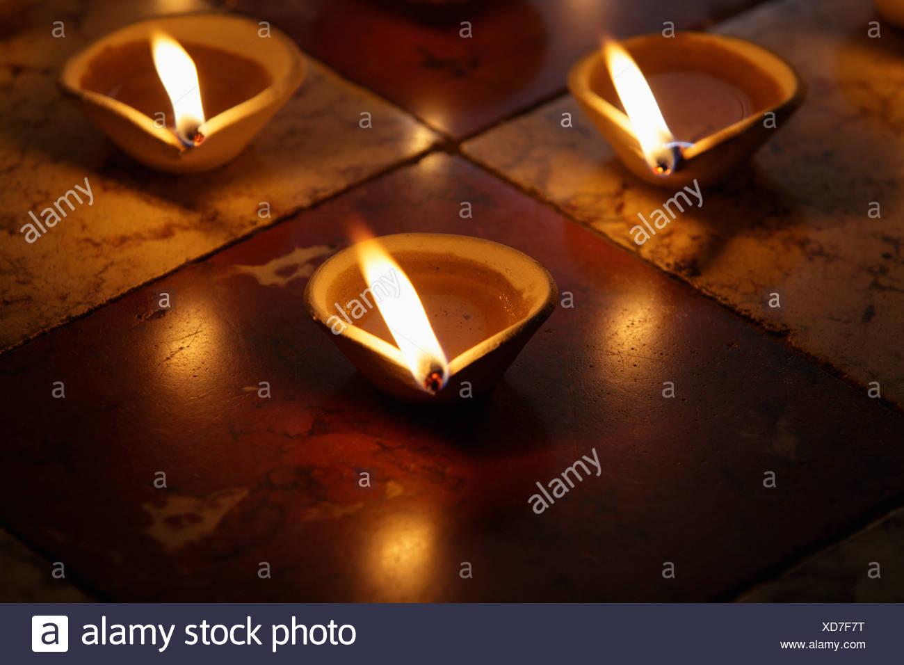 Accesa argilla lampade a olio sul pavimento Foto & Immagine Stock ...