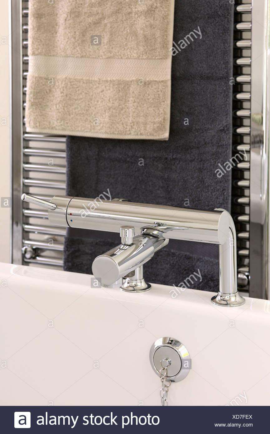 Vasca Da Bagno Riscaldata.Beige E Nero Asciugamani Su Chrome Portasciugamani Riscaldato Al Di