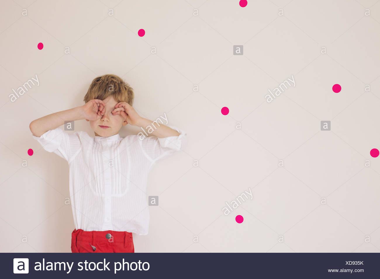 Little Boy che copre gli occhi con le mani, ritratto Immagini Stock