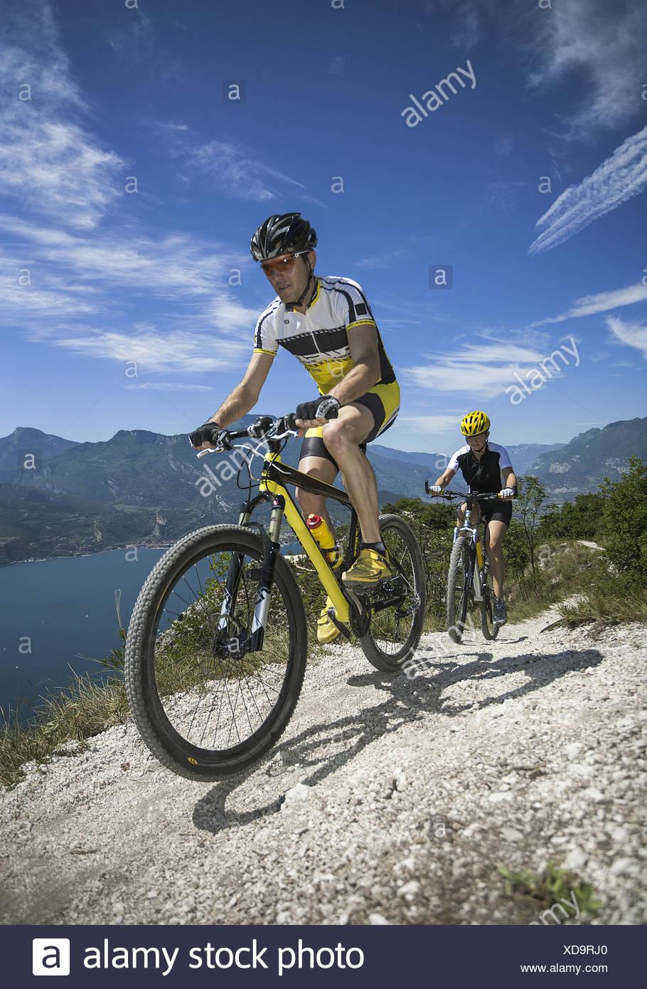 Mountainbiker im Gebirge (modello-rilasciato) Immagini Stock