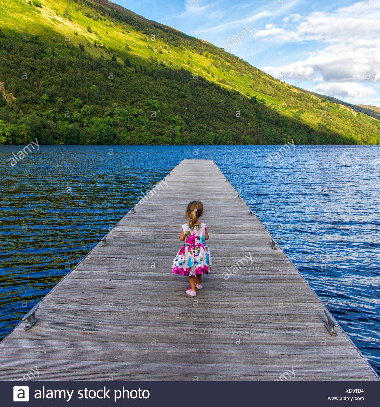 Regno Unito, Scozia, ragazza sul molo Immagini Stock