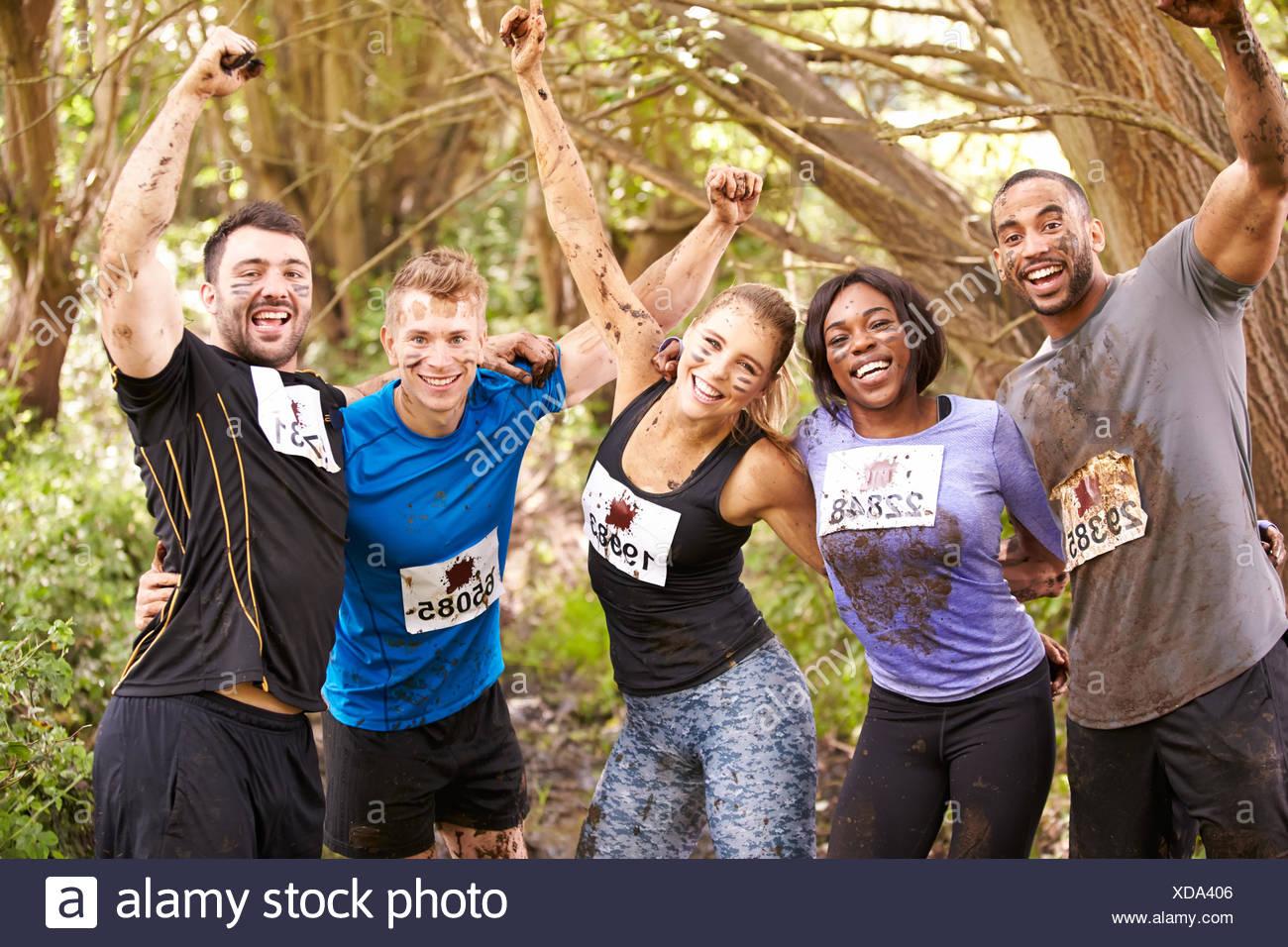 I concorrenti festeggiare il completamento di un'endurance evento sportivo Immagini Stock