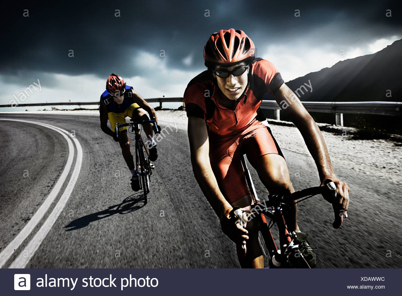 Corridori ciclisti su strada Immagini Stock