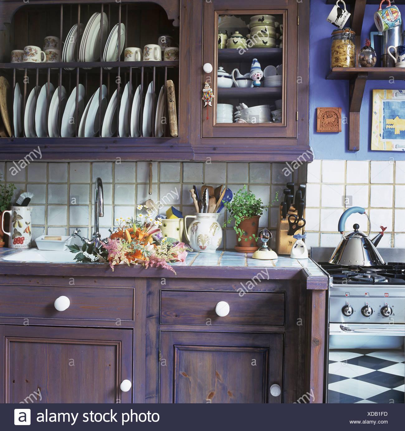 Armadio A Muro Per Cucina.Viola Dipinte Di Armadio A Muro Con Piastra Integrale Sopra Rack