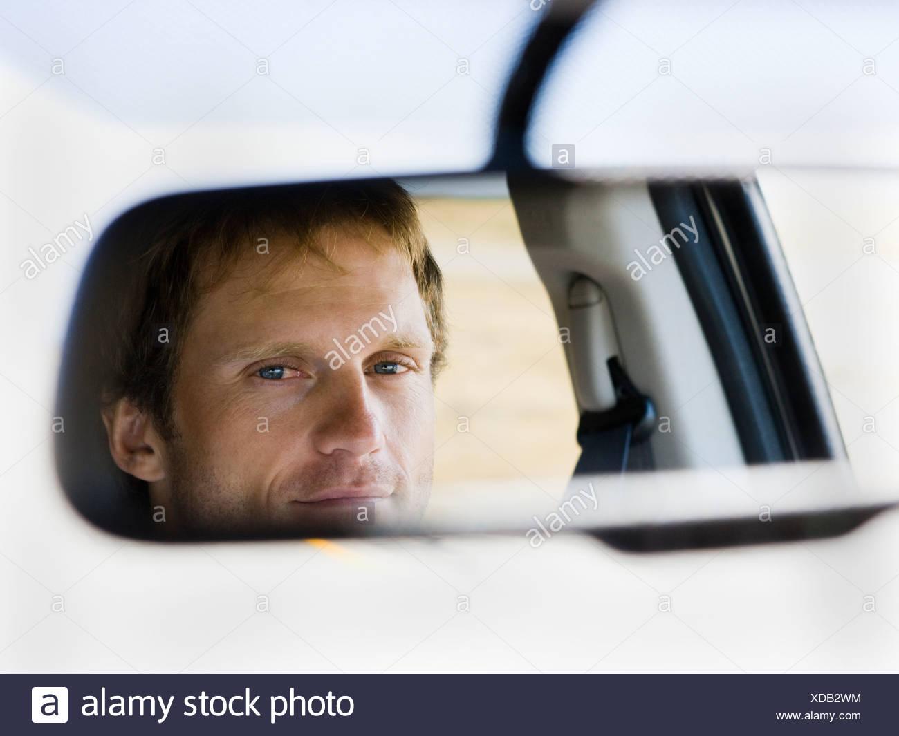Uomo in specchietto retrovisore Immagini Stock