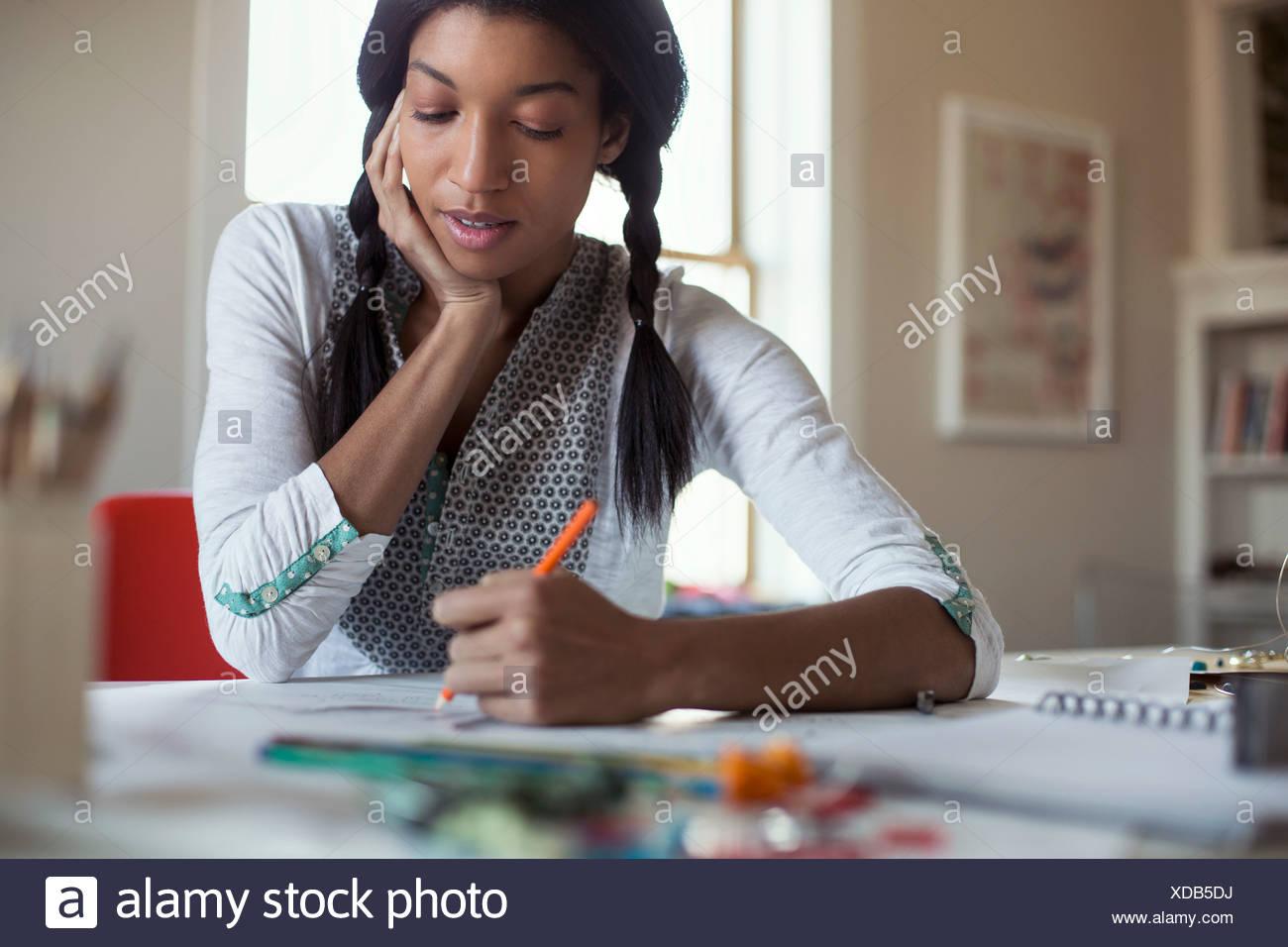 Disegno Uomo Alla Scrivania : Metà femmina adulta gioielli artista disegno alla scrivania foto