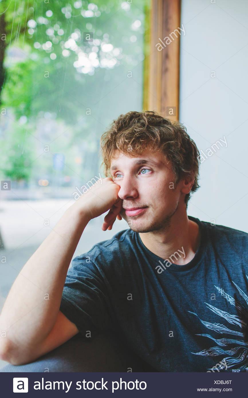 Finlandia, metà uomo adulto guardando attraverso la finestra Immagini Stock