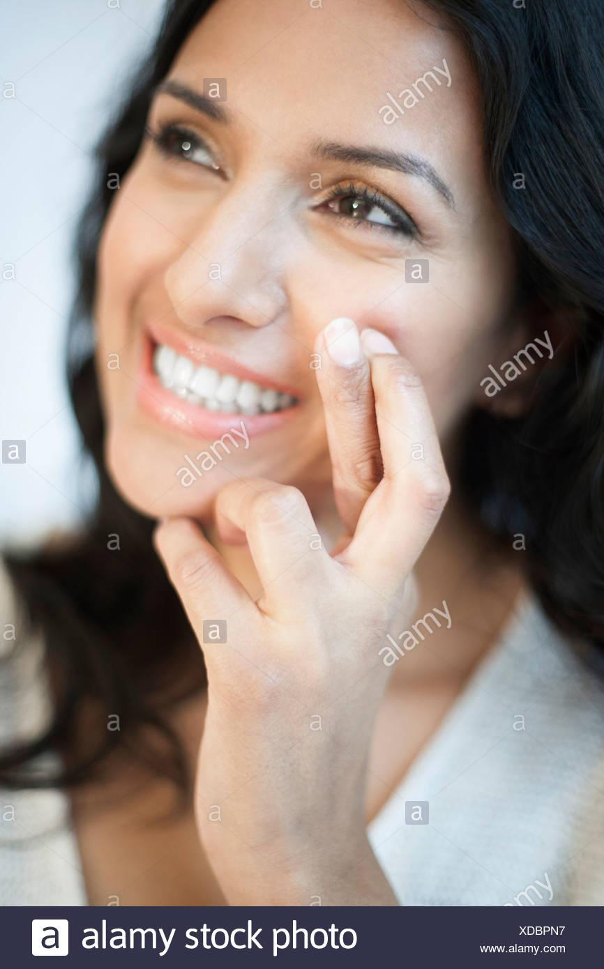 Modello rilasciato il ritratto di una donna con le dita incrociate. Immagini Stock