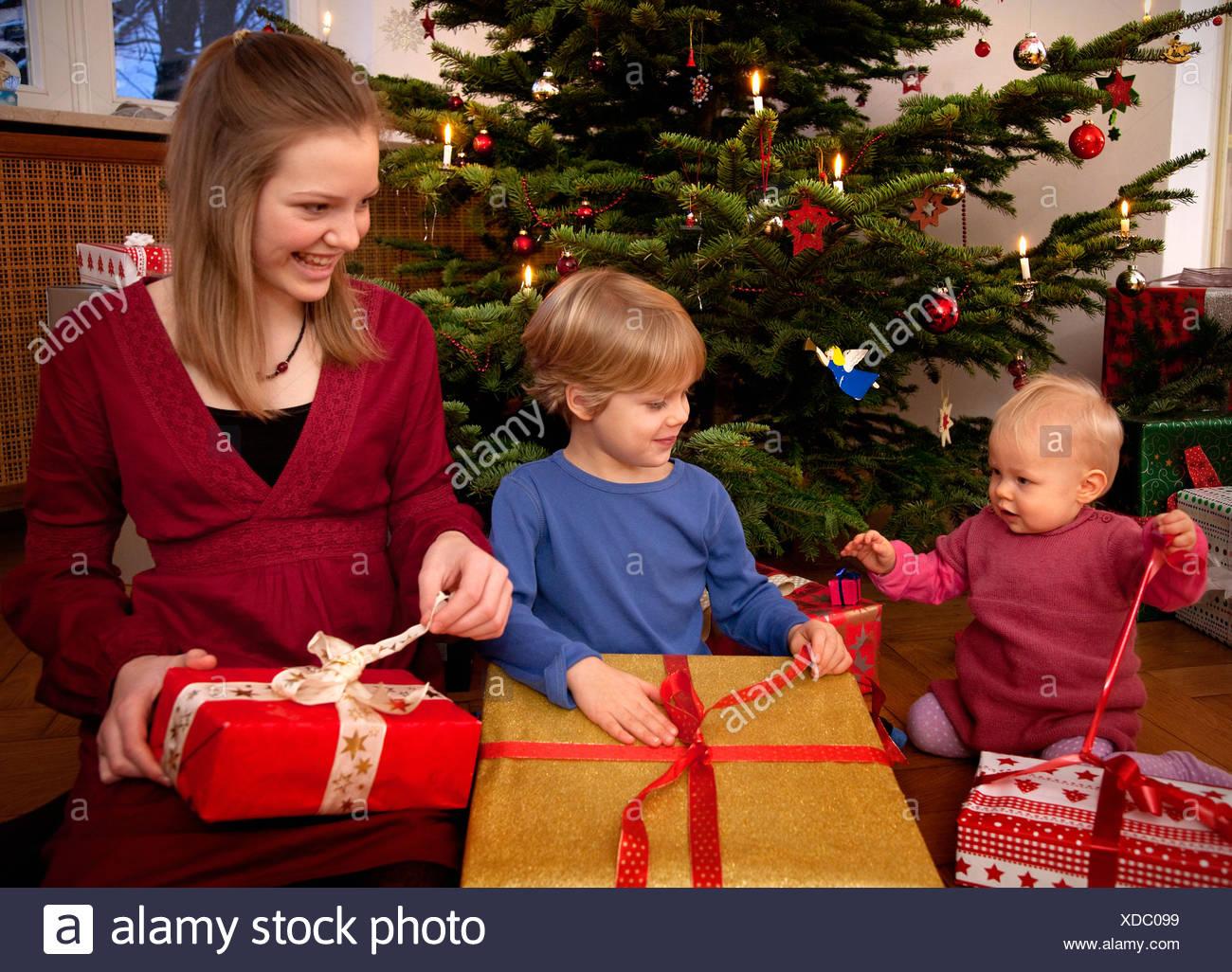 Regali Di Natale Ragazza.Il Ragazzo Baby Ragazza Con I Regali Di Natale Foto Immagine