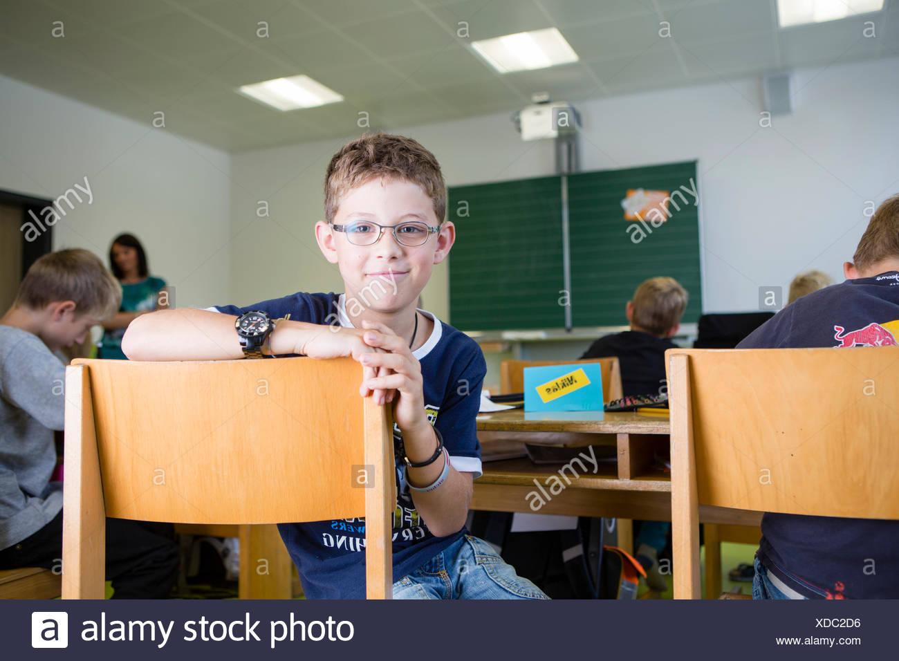 Ragazzo in una scuola elementare a classe, Reith im Alpbachtal, distretto di Kufstein, Tirolo, Austria Immagini Stock