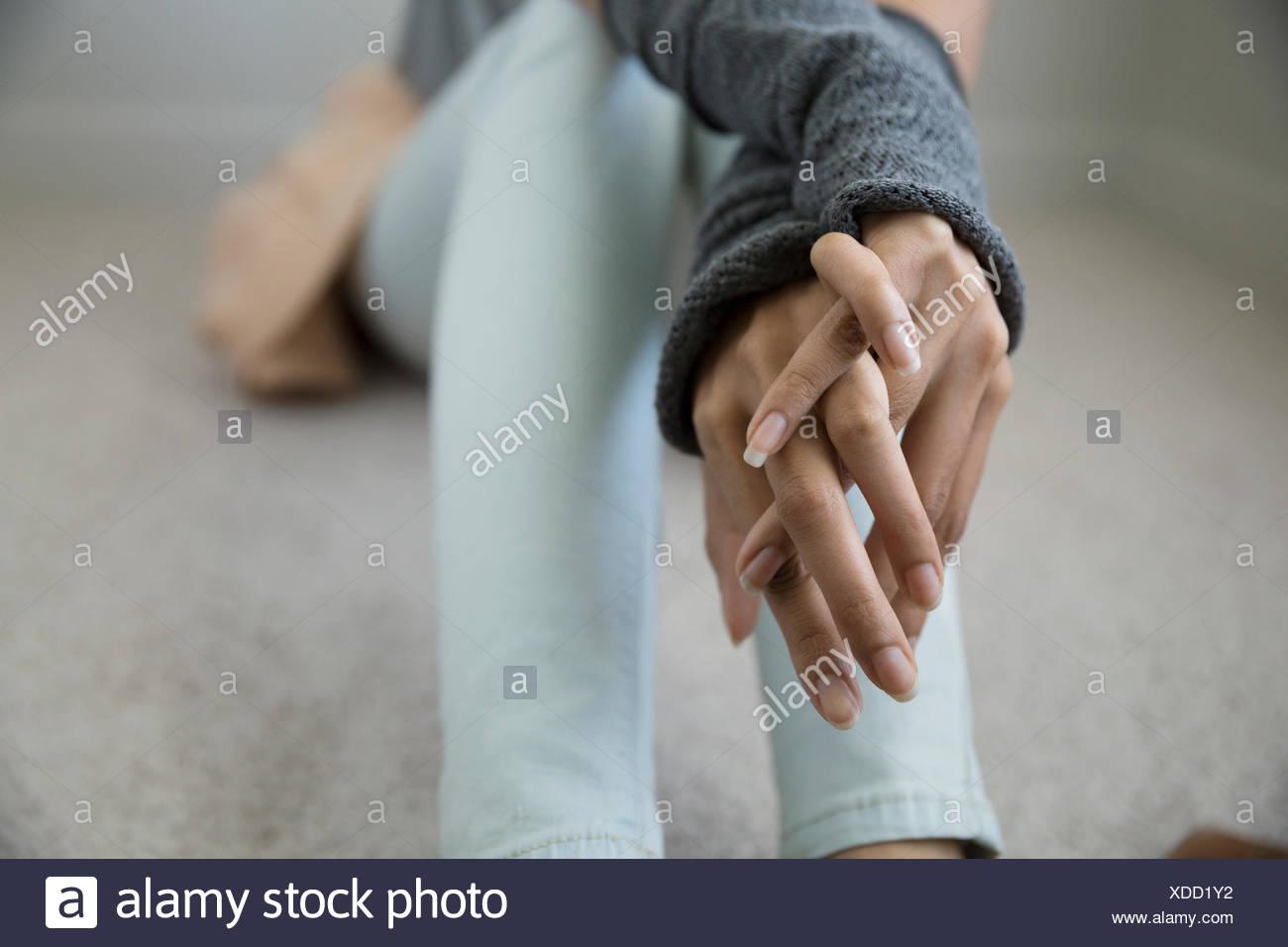 Vicino la giovane donna con le mani incrociate Immagini Stock