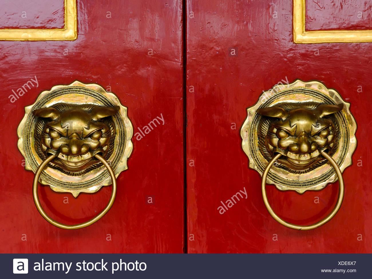 Le porte sono rosse con i lions come porte battenti, Phuc Kien Assembly Hall del cinese da Fujian, Hoi An, Vietnam, sud-est asiatico Immagini Stock