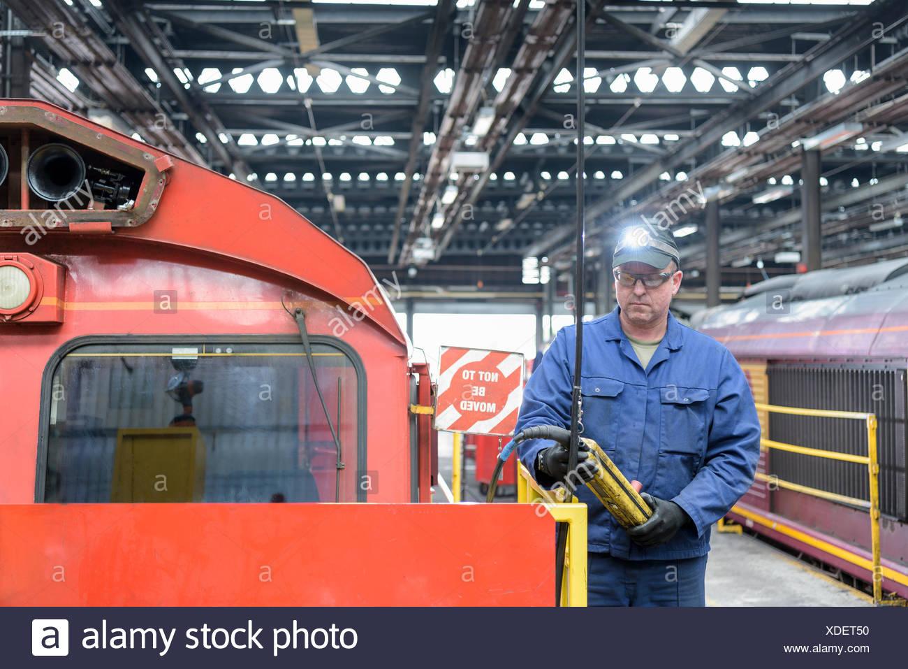 Locomotiva ingegnere in treno funziona Immagini Stock