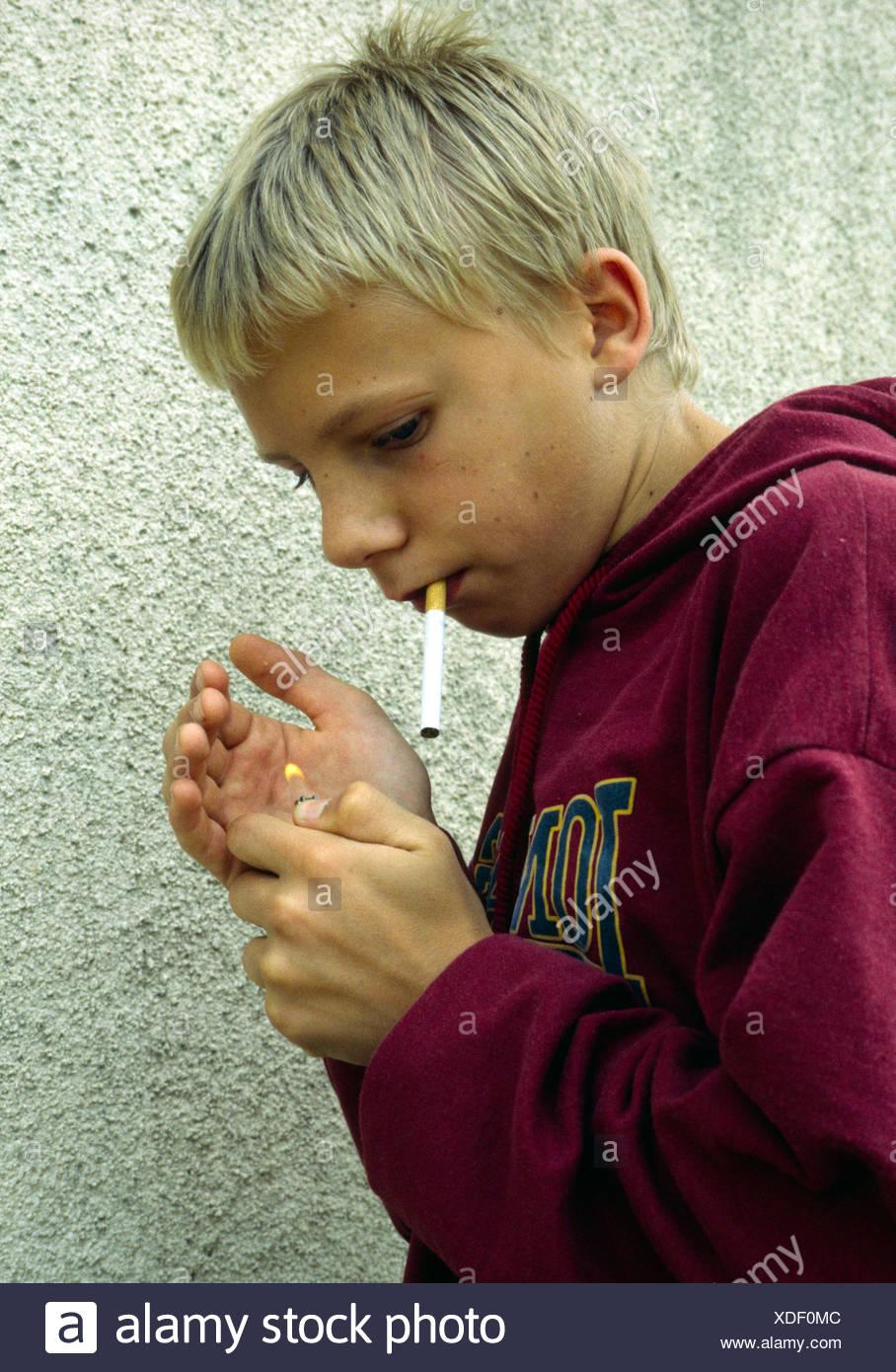Junge raucht heimlich signor giovane ragazzo segretamente di alleggerimento  una sigaretta Immagini Stock d825dd11d9f9