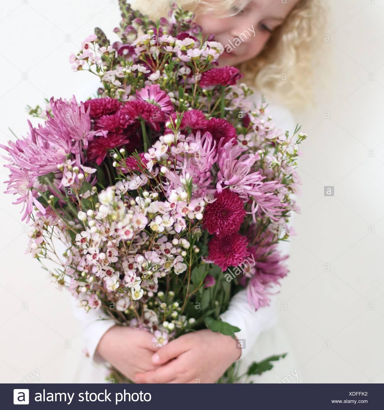 Ragazza con grande grappolo di fiori di colore rosa Immagini Stock