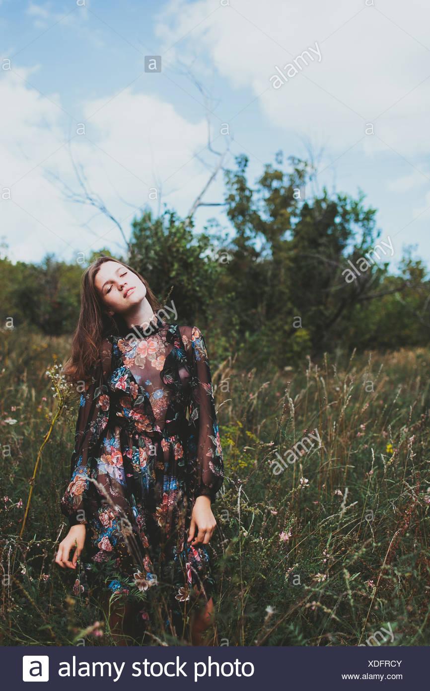 Russia, ragazza (14-15) in abiti lunghi Immagini Stock