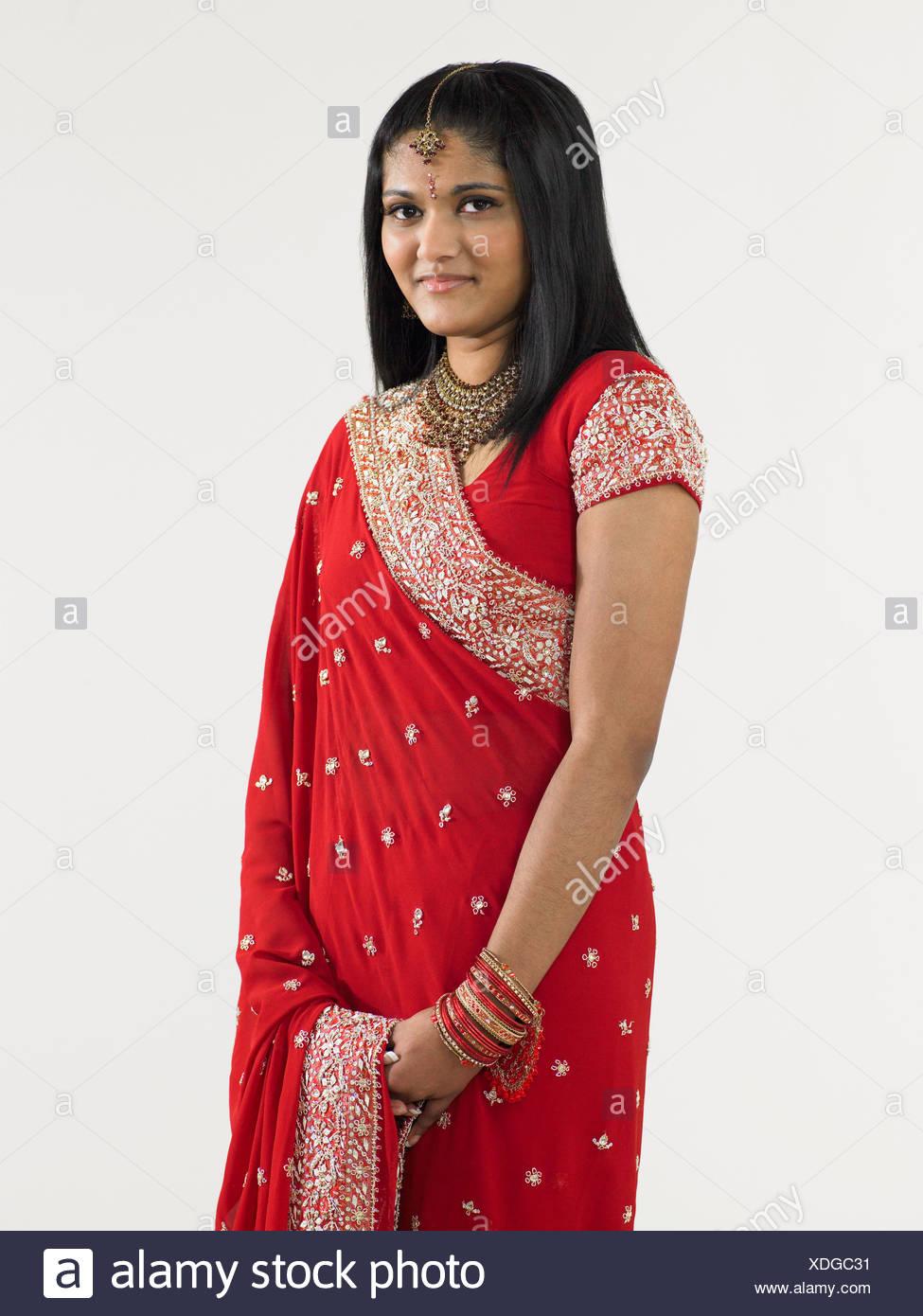 Giovane donna che indossa un sari Immagini Stock