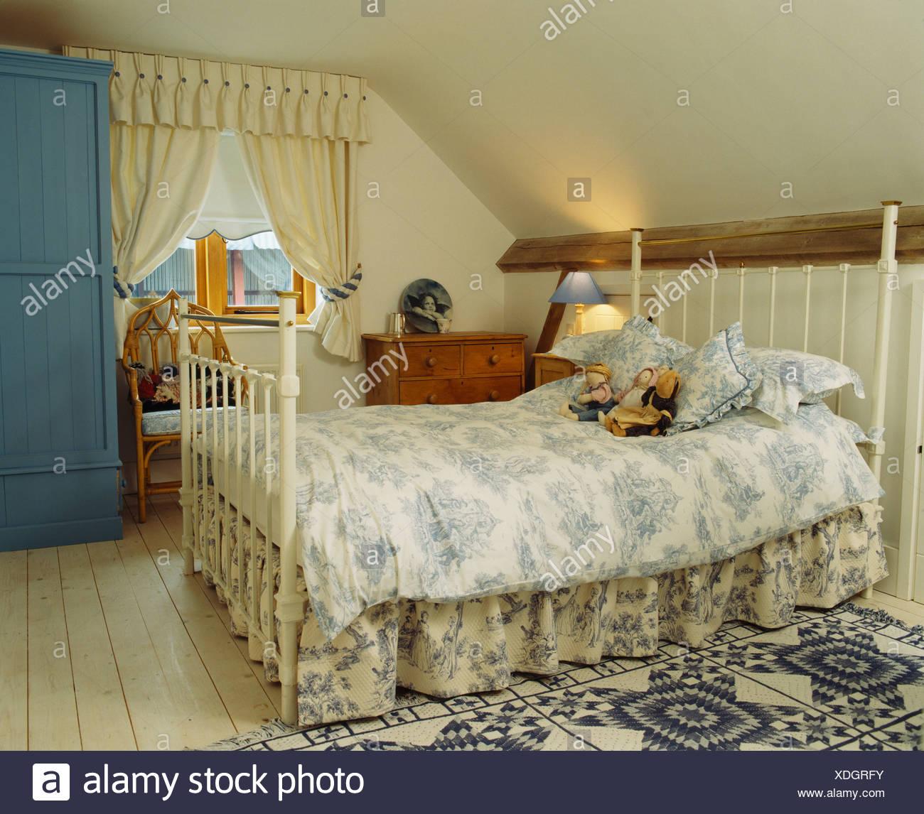 Blue+white Toile de Jouy piumone e mantovana su bianco ferro battuto ...