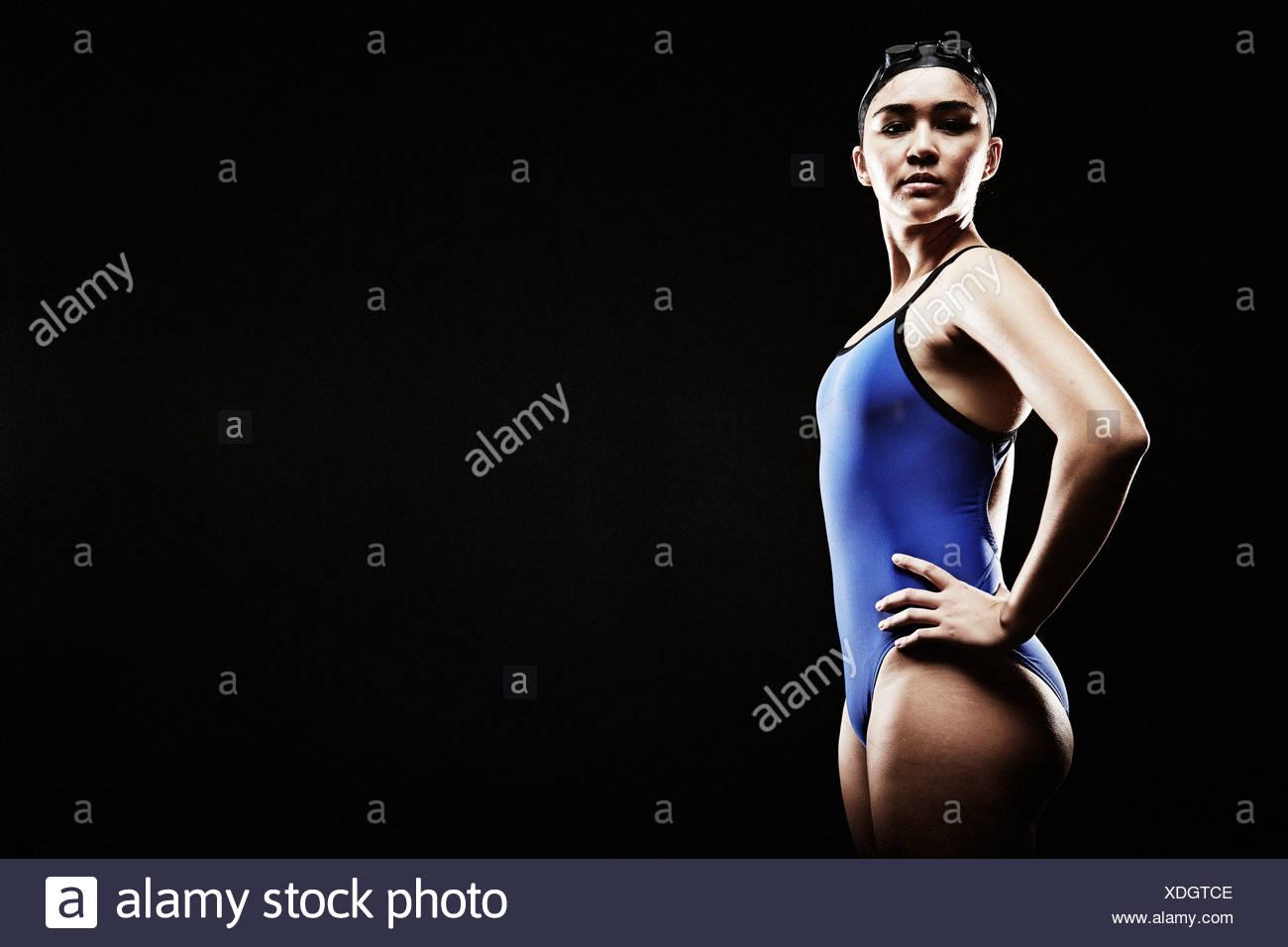 Giovane donna di indossare il costume da bagno blu Immagini Stock