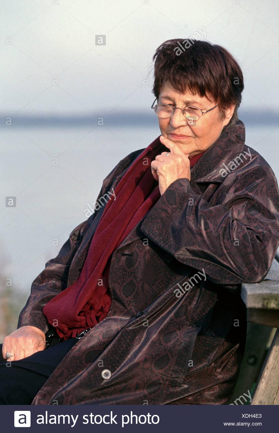 Senior donna 70s lonely fuori contemplando Immagini Stock