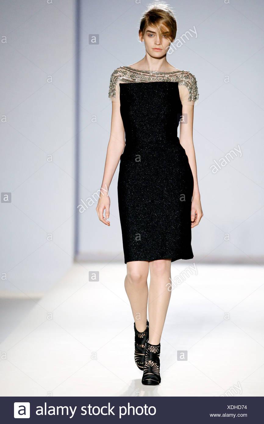 Alberta Ferretti Milano pronto a indossare in autunno e inverno lunghezza  al ginocchio abito nero ricamato scollatura e maniche corte 9b215c80727