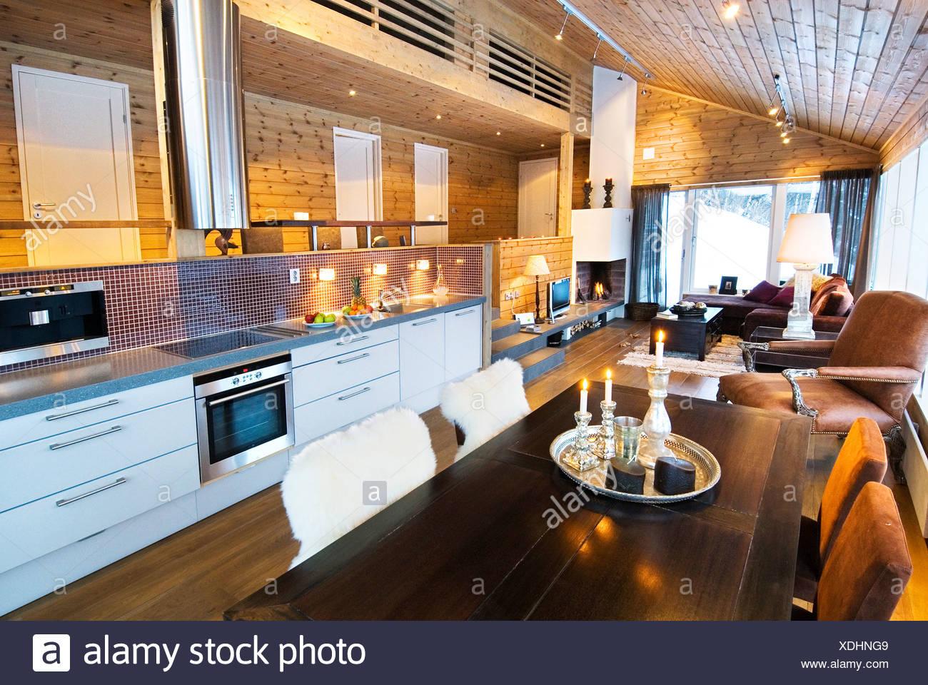 Vista della sala da pranzo con angolo salotto e cucina nel cottage ...