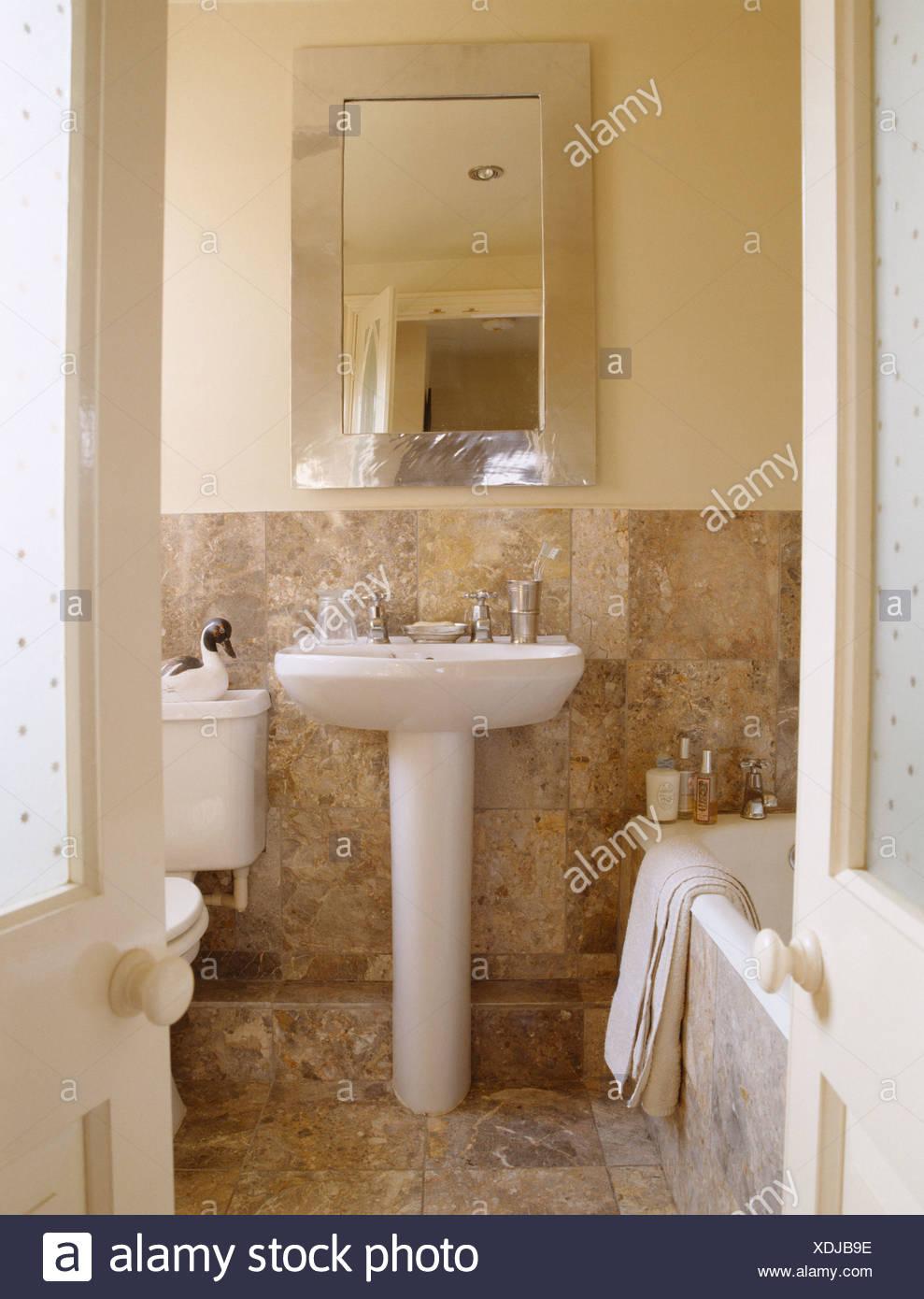 Specchio rettangolare sopra il piedistallo bacino nel paese bagno ...