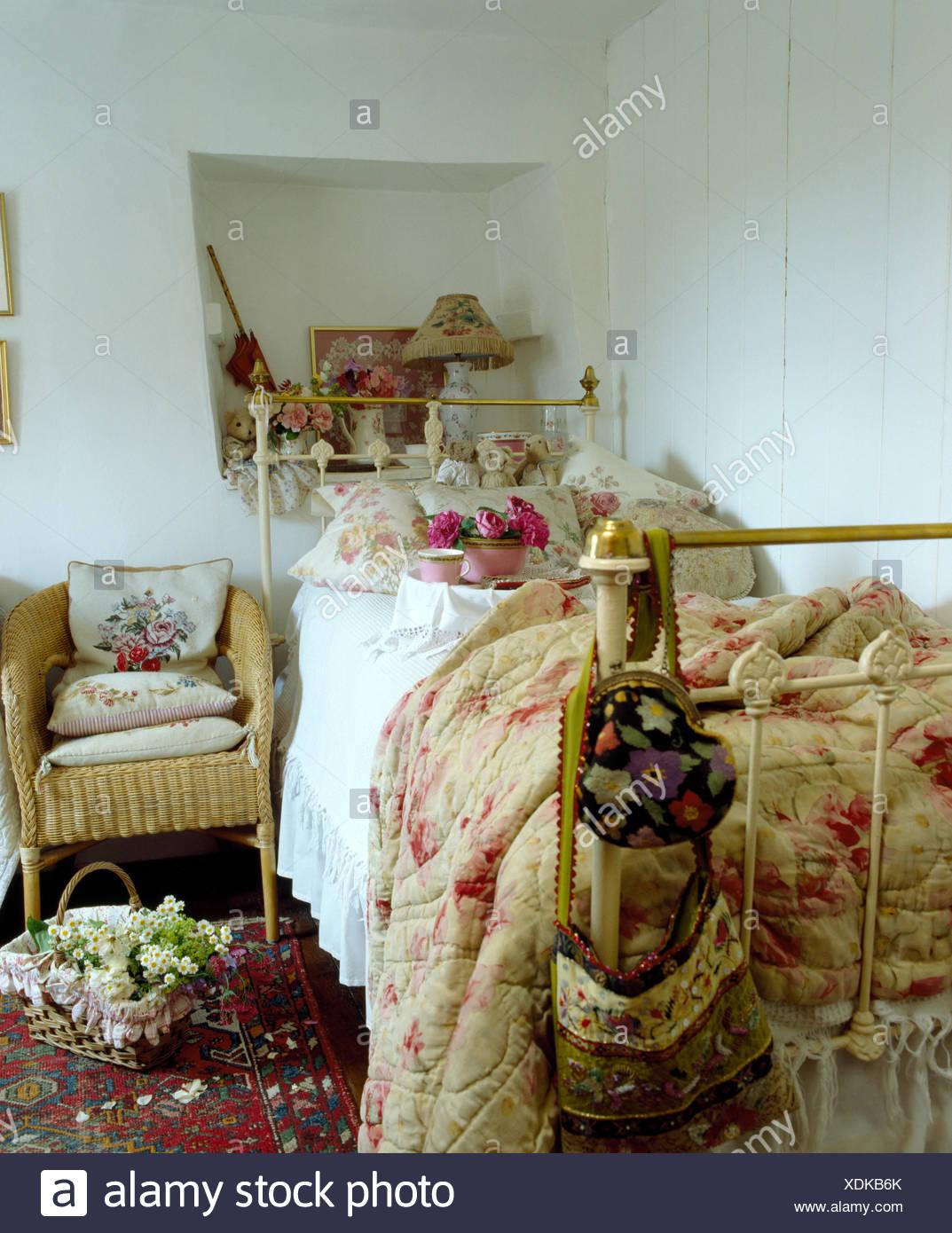 Rosa antico con fantasie di piumone e cuscini floreali sul ...