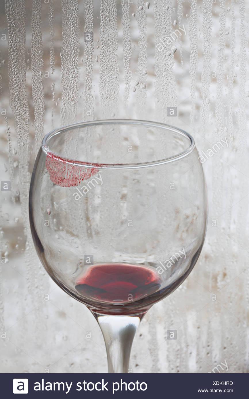 Finestra Un Pioggia Vino Bicchiere Rosso Su Di Il Rossetto Con tdQrshC
