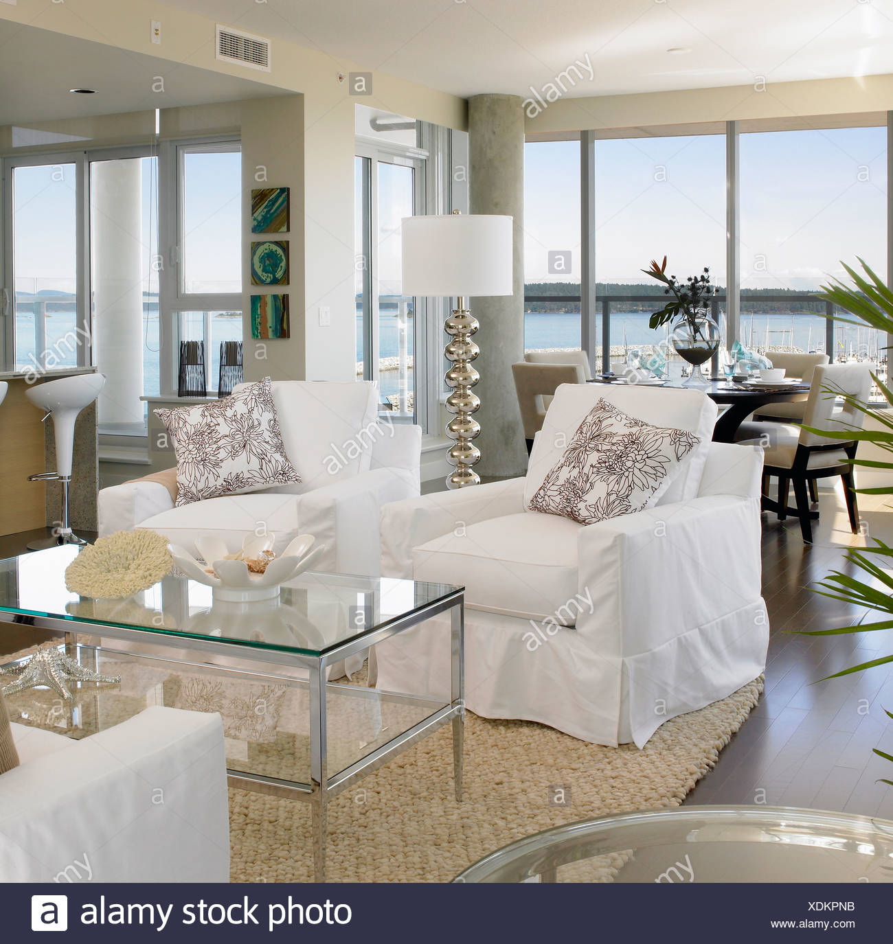 Soggiorno con mobili bianchi e vista mare in background Foto ...