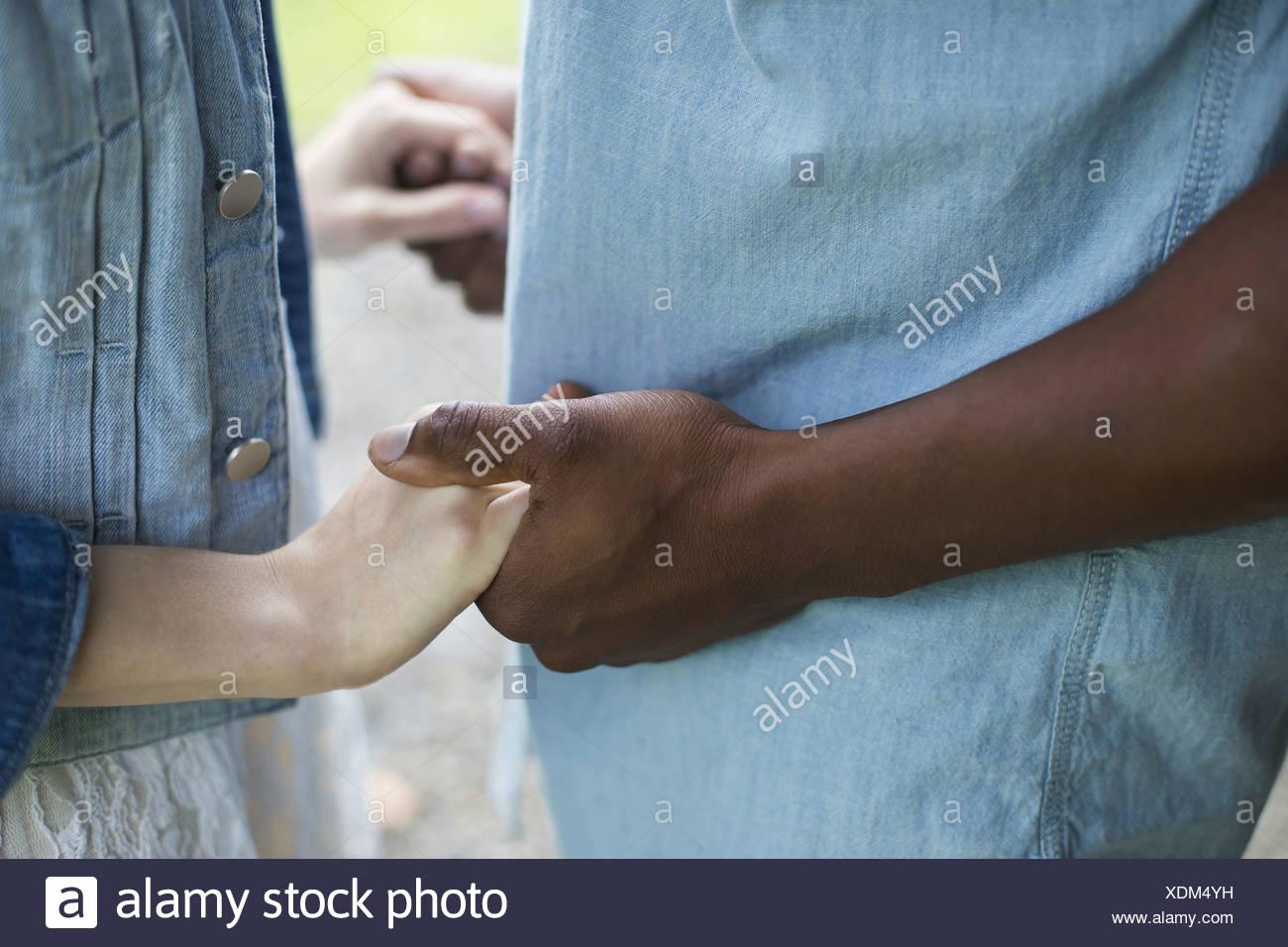 Un giovane uomo e donna un paio tenendo le mani. Immagini Stock