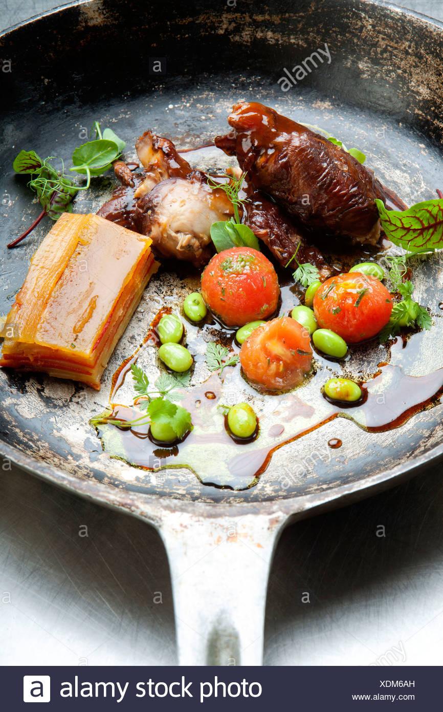 Coniglio e carne di manzo con fagioli flageolets Immagini Stock
