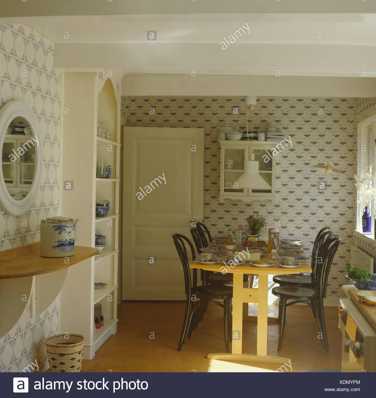 Tavolo In Legno E Sedie Bentwood Cottage Camera Da Pranzo Con Sfondo