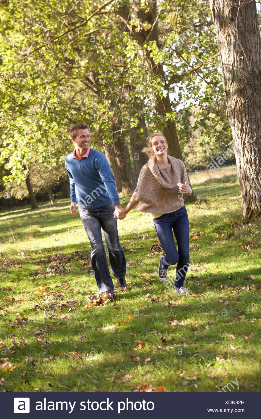Coppia giovane divertirsi nel parco Immagini Stock