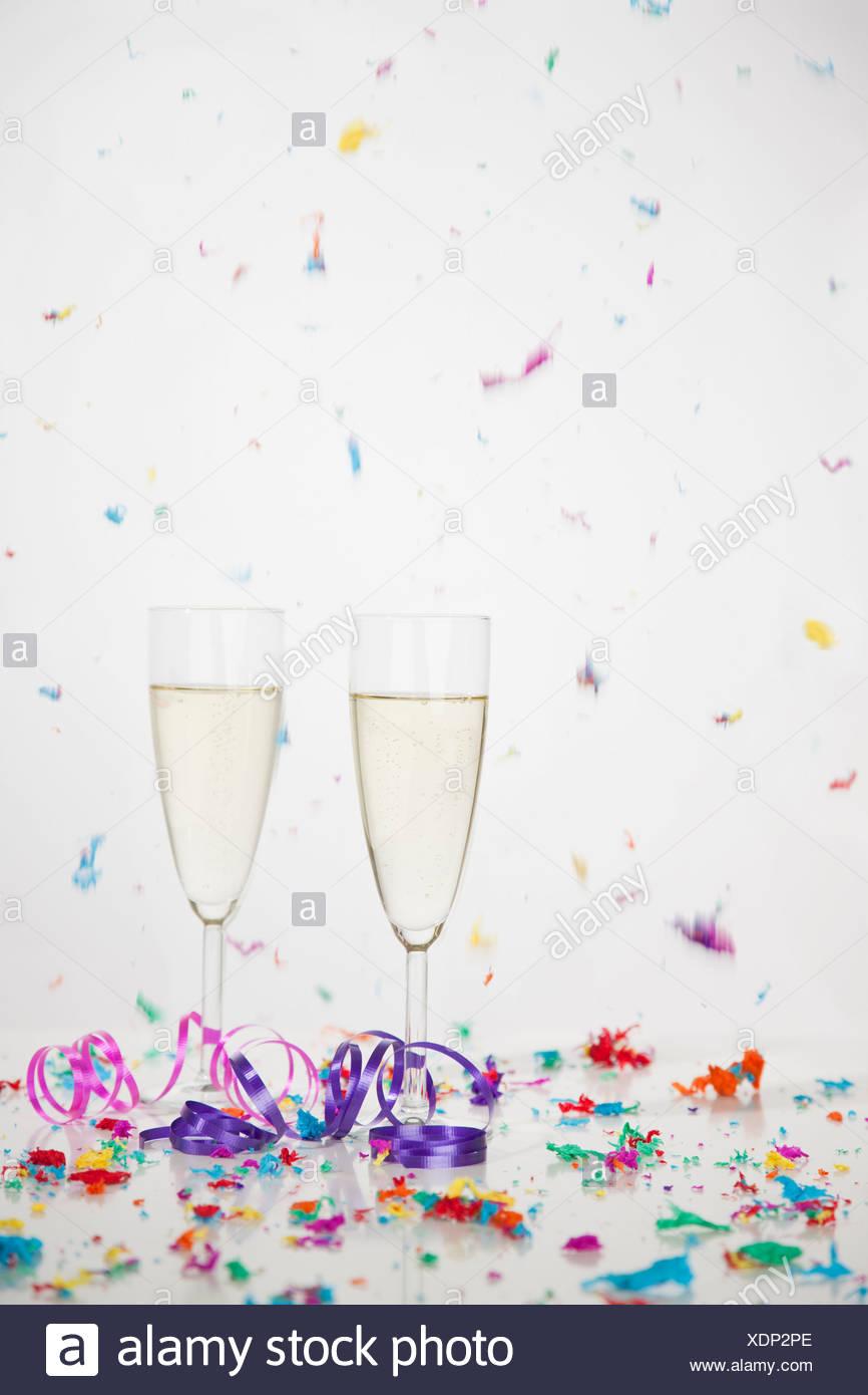 Stati Uniti d'America, Illinois, Metamora, Champagne flauti con la caduta di coriandoli Immagini Stock