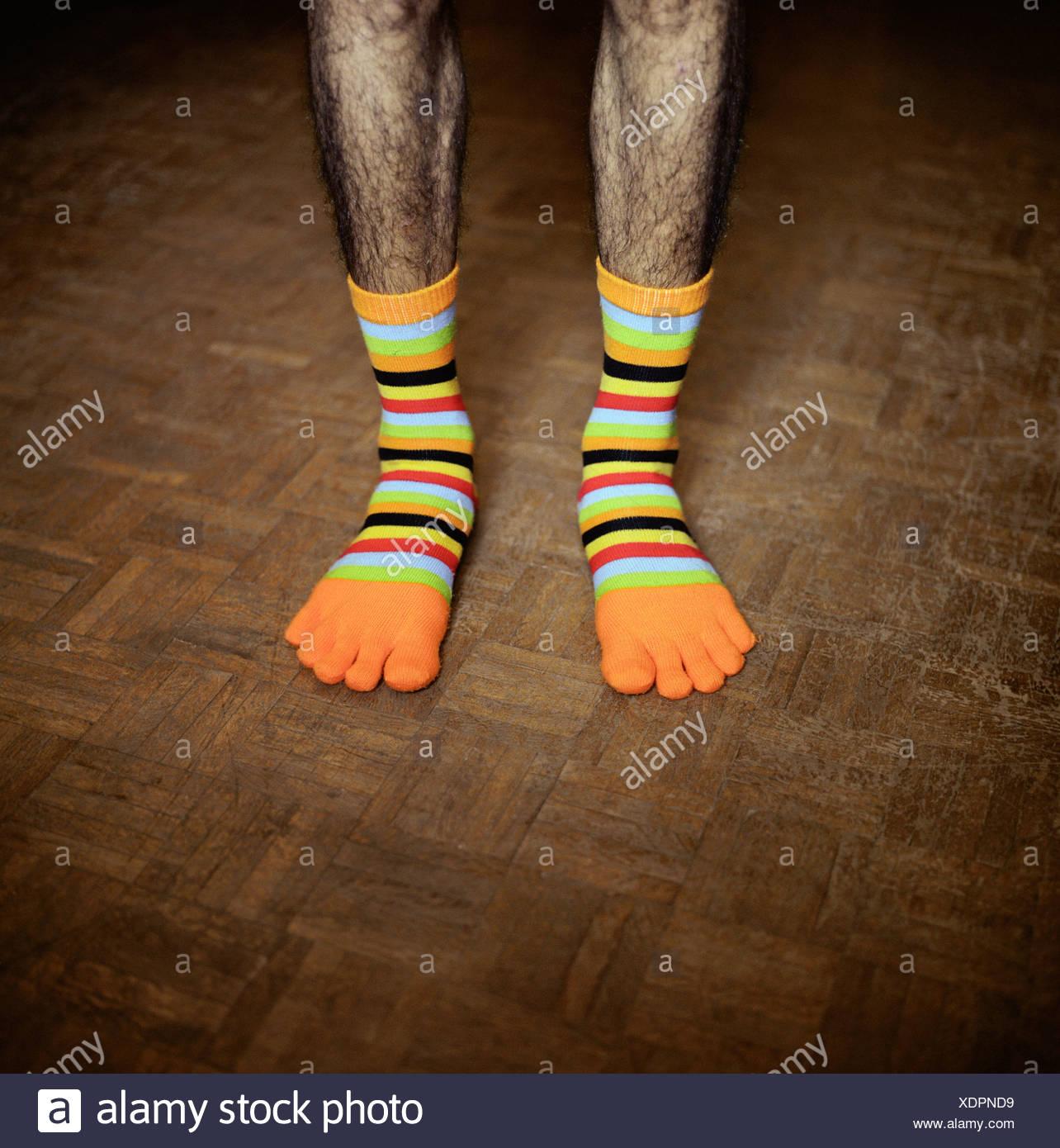 Bassa vista in sezione di un uomo che indossa divertenti calzini Foto Stock