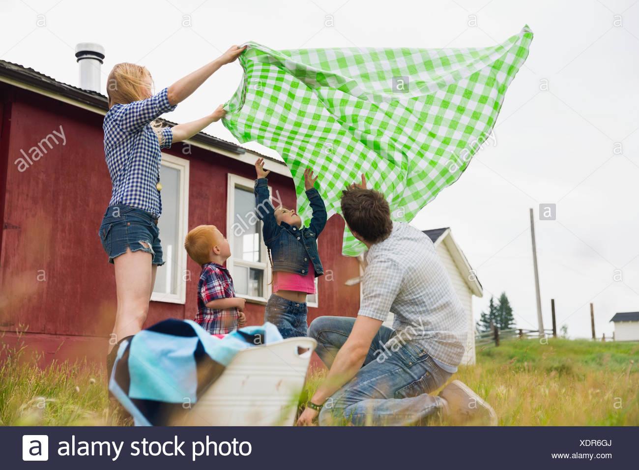Famiglia con Coperta picnic in campo rurale Immagini Stock