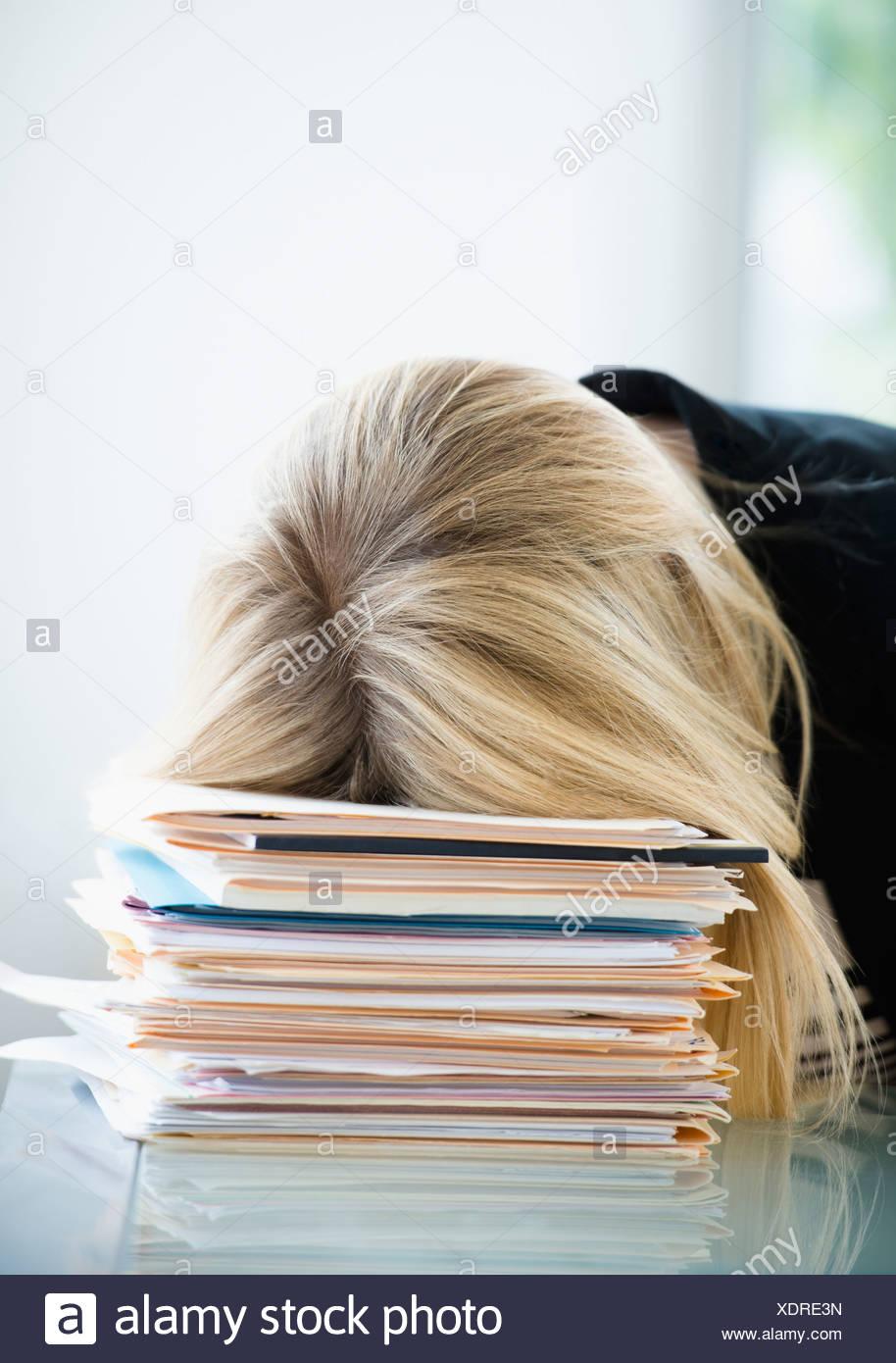 Imprenditrice di dormire sulla pila di file Immagini Stock
