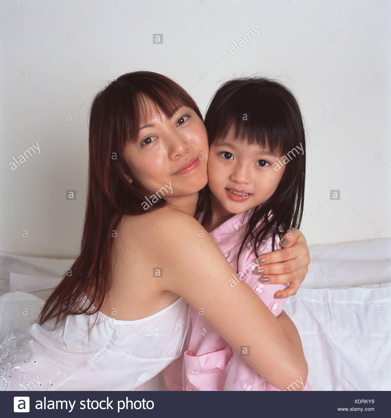 Madre di coccole giovane figlia Immagini Stock