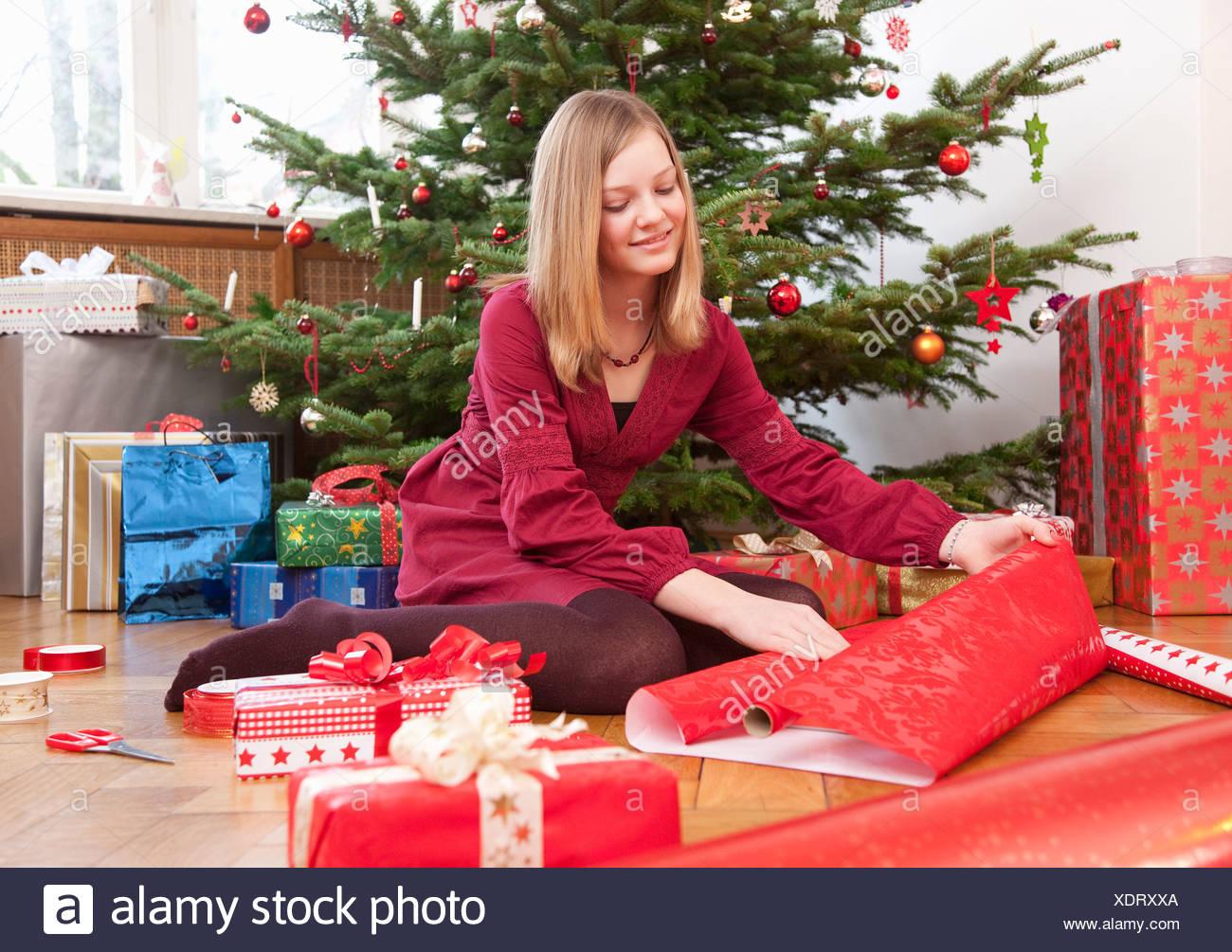 Regali Di Natale Ragazza.Ragazza Impacchettare I Regali Di Natale Foto Immagine Stock