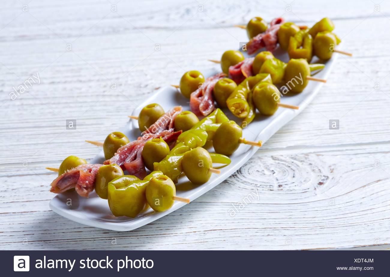 Gilda pinchos con Olive e Acciughe tapas dalla Spagna. Immagini Stock