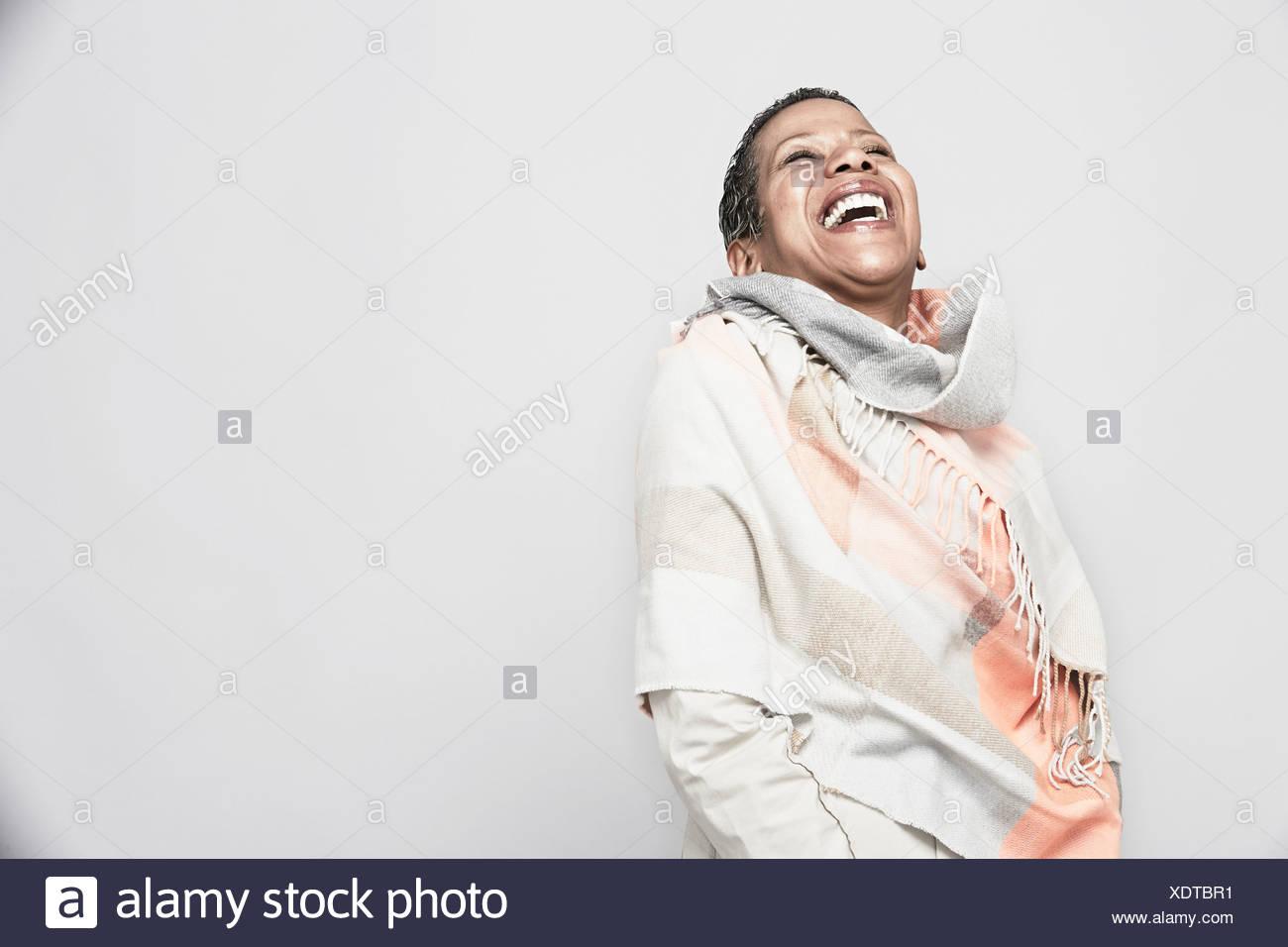 Studio ritratto di donna matura ridere Immagini Stock