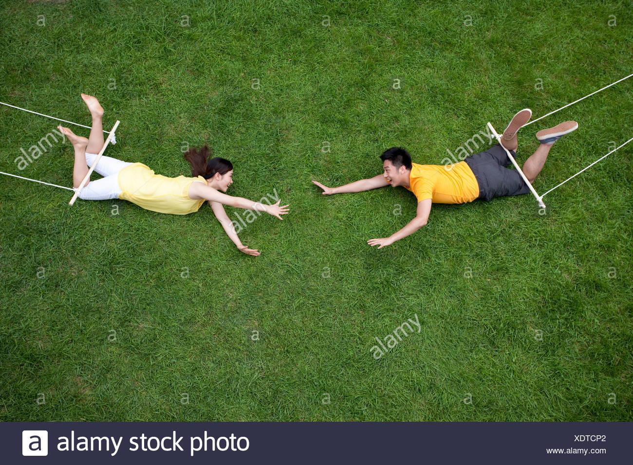 Creative coppia giovane imitando trapezista Immagini Stock