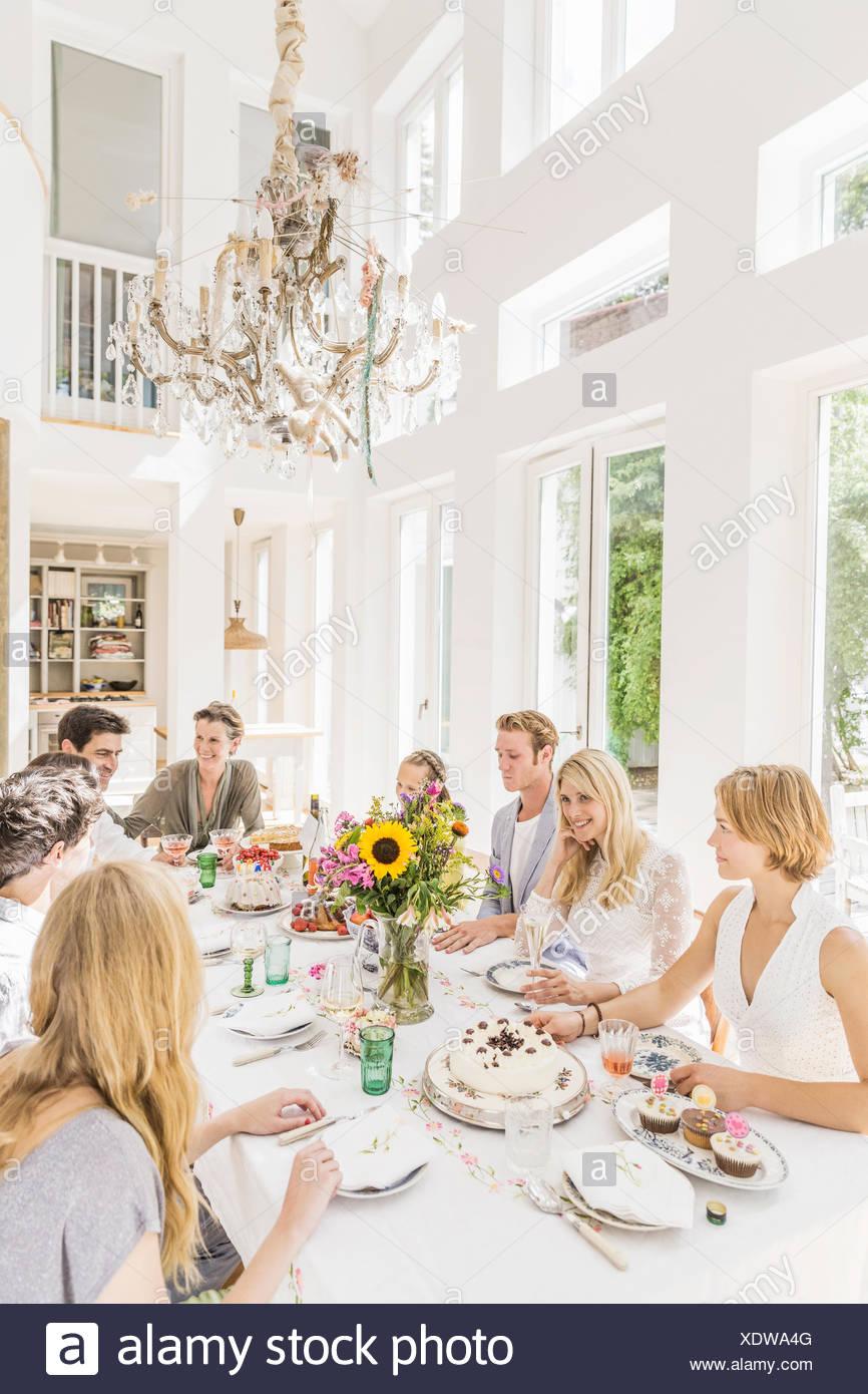 Famiglia seduti attorno al tavolo a festa di compleanno Foto Stock