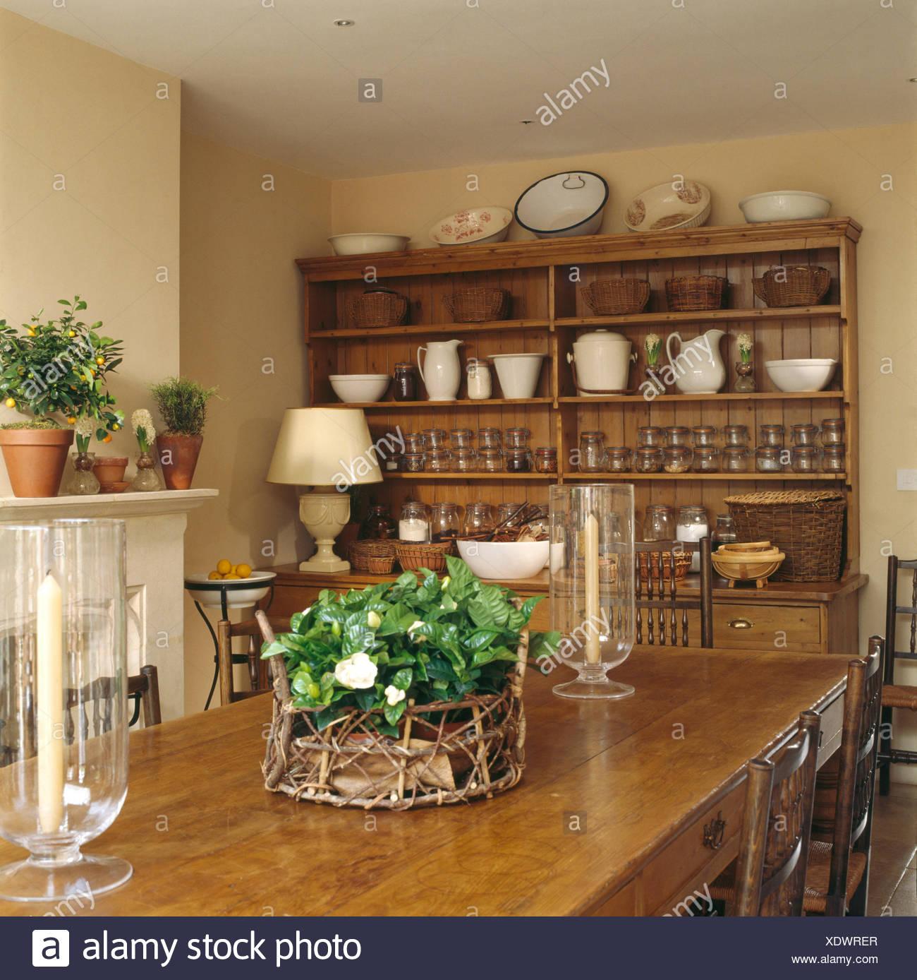 Tavoli Da Pranzo Grandi Dimensioni.Lanterne Di Vetro E Gardenia In Un Cestino Sul Tavolo In Una