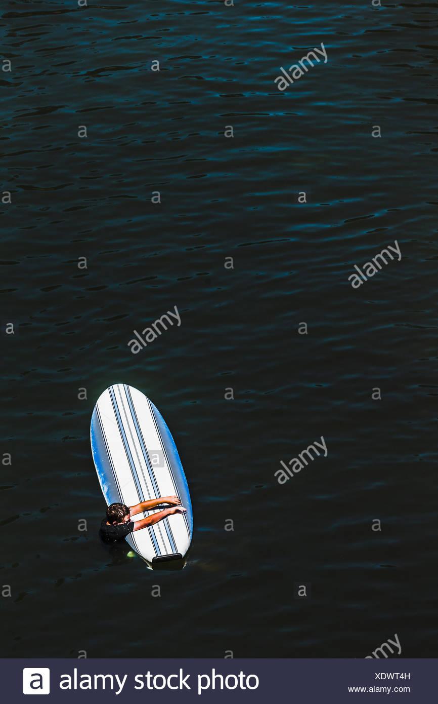 Un ragazzo giovane azienda su un Paddleboard sul fiume russo Immagini Stock
