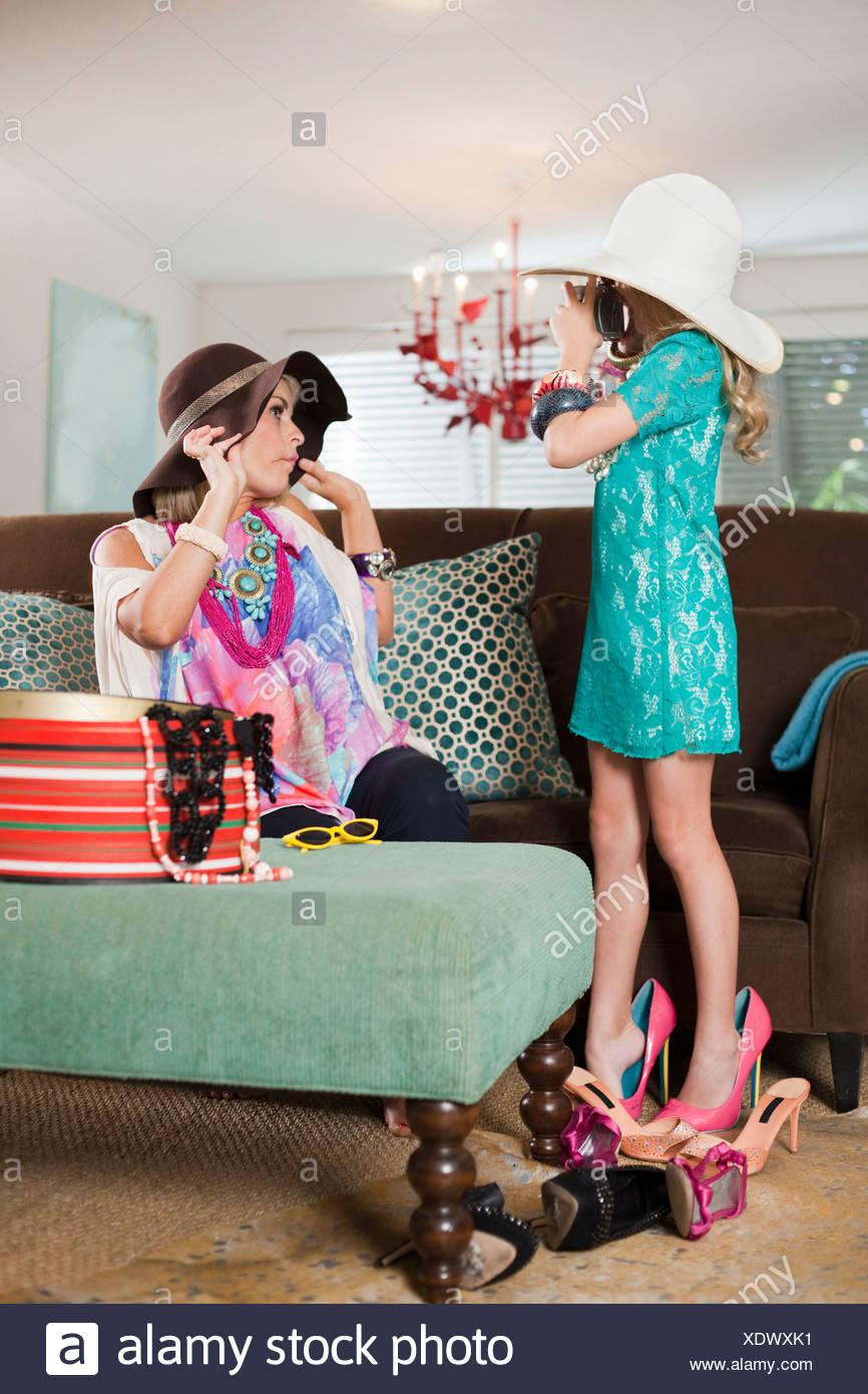 Madre e figlia vestirsi in cappelli e tacchi alti Immagini Stock