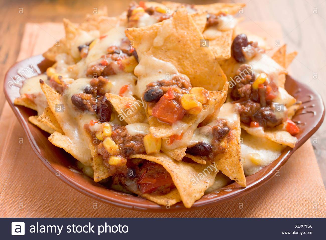 Ricetta Nachos Con Formaggio E Fagioli.Tortilla Chips Con Formaggio Fuso Fagioli E Carne Macinata Foto Stock Alamy