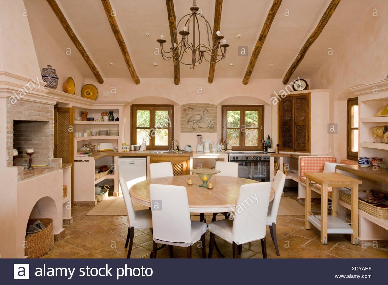 Sala Da Pranzo Rustica : Loosecovers bianco su sedie a tavola circolare in spagnolo rustica